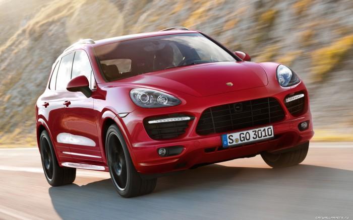Красный Porsche Macan на дороге