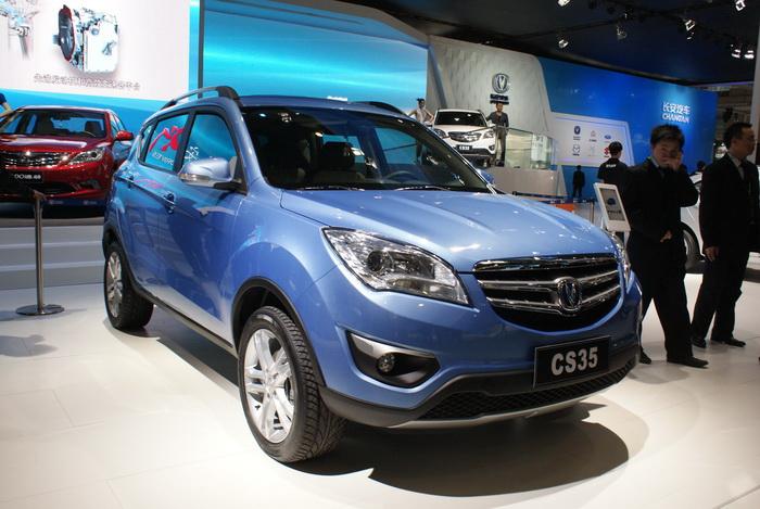 Синий Changan CS35 на автомобильной выставке