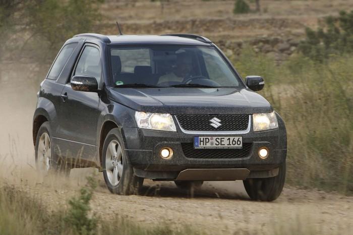 Suzuki Grand Vitara-2013 на дороге