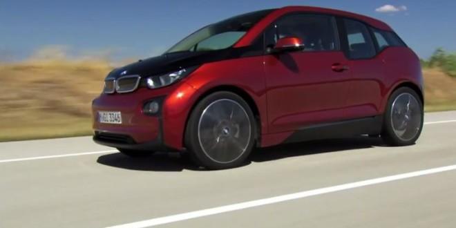 Красный BMW i3 в движении