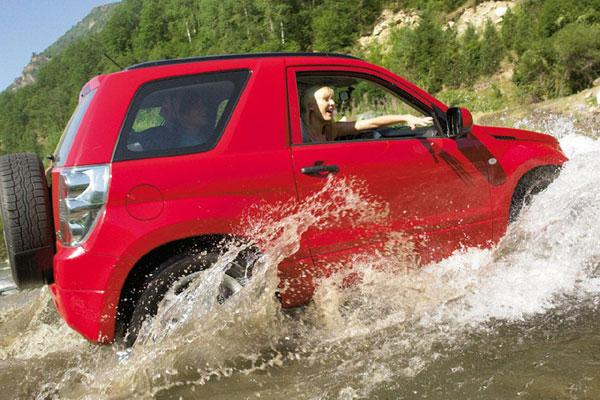 Красный Suzuki Grand Vitara-2013 на воде