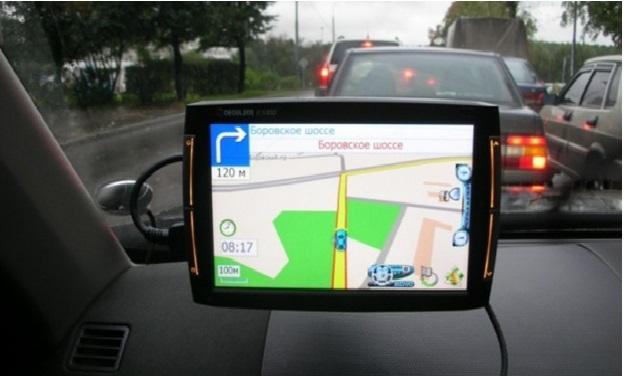 GPS навигатор на лобовом стекле автомобиля