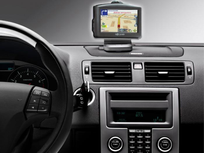 Установленный навигатор на панеле авто
