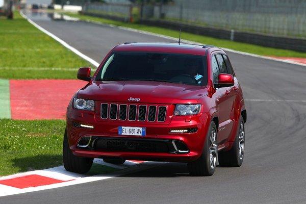 Красный внедорожник Jeep