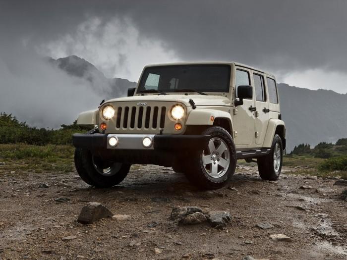 jeep wrangler бежевого цвета на фоне грозового неба