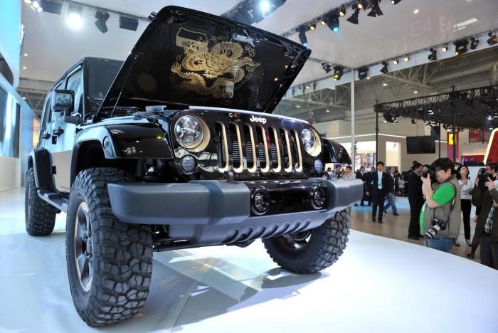 презентация jeep wrangler с открытым кузовом на выставке автомобилей