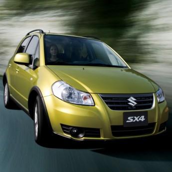 Suzuki SX 4 2014 года едет по дороге