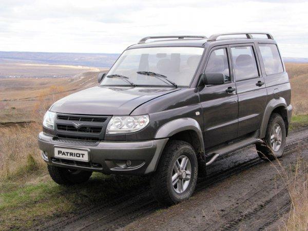 УАЗ-Патриот на проселочной дороге