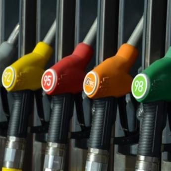 бензоколонка с разными типами топлива
