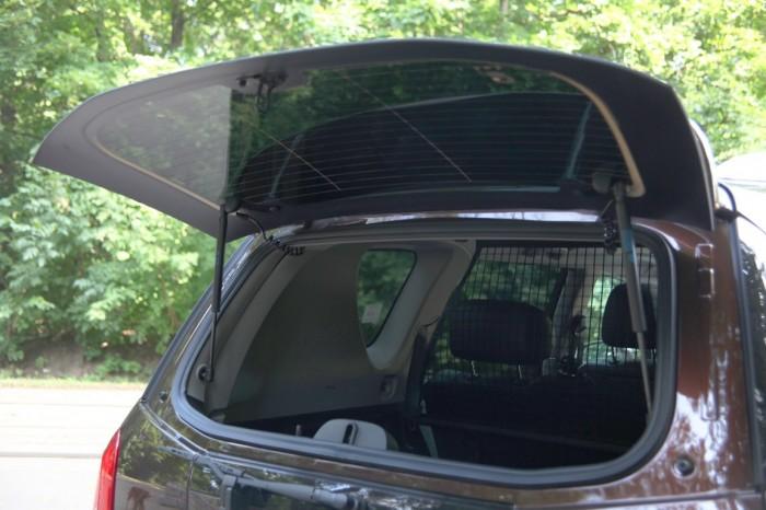 Открывающееся окно огромного багажника на 2000л