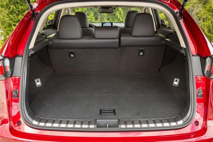 Багажник объемом 555л Lexus NX разделен на 2 отделения