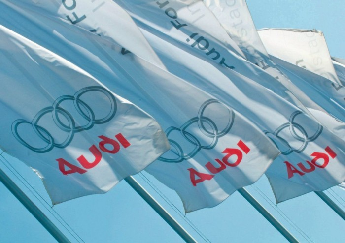 на белых флагах красный логотип Ауди