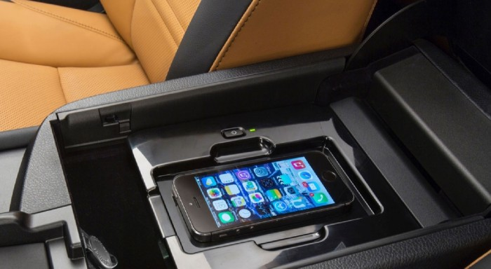 Специальное зарядное устройство для смартфона без шнура в Lexus NX фото