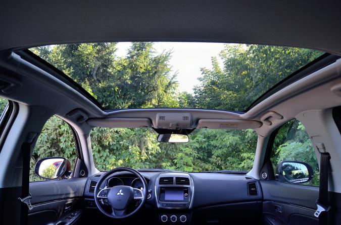 Панорамная крыша Mitsubishi ASX визуально в разы увеличивает пространство в автомобиле