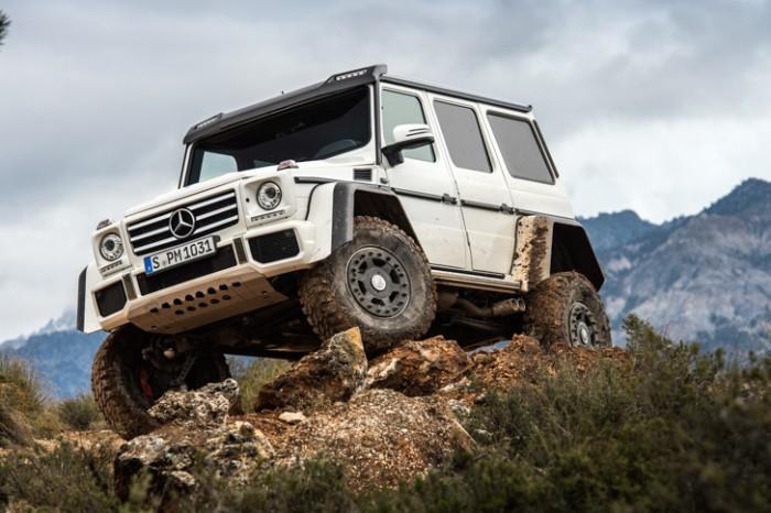 Mercedes-Benz-G-500-4x4 на вершине холма.
