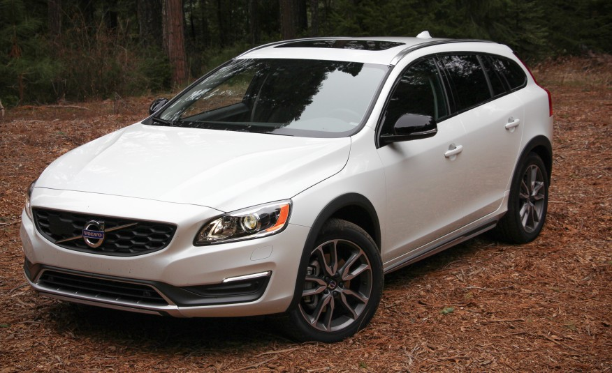 Volvo V60 Cross Country уверенно держит дорогу