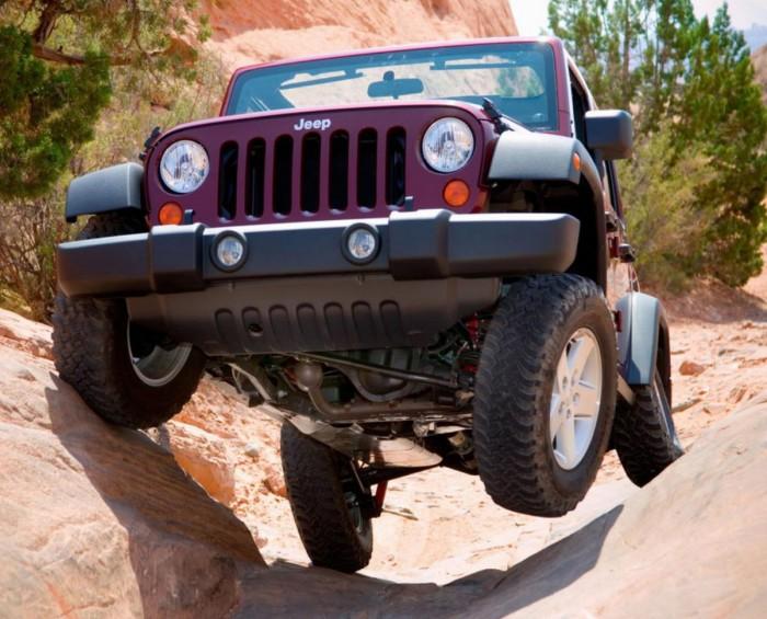Jeep Wrangler едет по каменистой местности